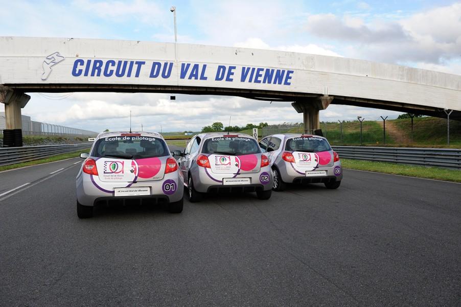 <strong>Moteur :</strong> 4 cylindre 16 soupapes <br /><strong>Puissance :</strong> 201 CV à 7.250 T/min <br /><strong>Boîte :</strong> Manuelle - 6 vitesses <br /><strong>Vitesse maxi :</strong> 222 Km/h <br /><strong>0-100 Km/h :</strong> 7,5 sec <br /><br />Formule découverte : <br />Baptême 2 tours = 35 € 3 tours = 55 € <br />Formule Accès : Pilotez de 125€ à 220 €